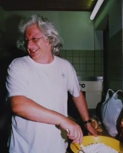 EP főz. Méghozzá mákosgubát. Épp a porcukrot keveri össze a mákkal. Doris Grub felvétele, készült Stainzban 2008 nyarán.